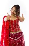 Uśmiechnięta młoda Indiańska kobieta pokazuje kciuk up podpisuje z oba rękami Zdjęcia Royalty Free