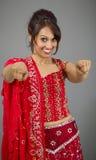 Uśmiechnięta młoda Indiańska kobieta wskazuje w kierunku kamery od oba ręk Zdjęcia Royalty Free