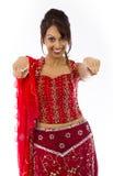 Uśmiechnięta młoda Indiańska kobieta wskazuje w kierunku kamery od oba ręk Obrazy Stock