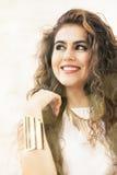 Uśmiechnięta młoda kędzierzawa kobieta zdjęcie stock