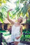 Uśmiechnięta młoda kobieta bierze selfie fotografię obrazy royalty free