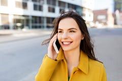 Uśmiechnięta młoda kobieta lub dziewczyna dzwoni na smartphone obrazy stock