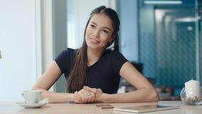 Uśmiechnięta młoda kobieta mówi opowieść przyjaciel w kawowym domu Zdjęcia Royalty Free