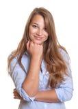 Uśmiechnięta młoda kobieta patrzeje krzywka z blondynem obraz royalty free