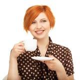 Uśmiechnięta młoda kobieta pije od filiżanki Obrazy Stock