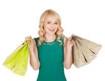 Uśmiechnięta młoda kobieta pozuje z torba na zakupy Zdjęcia Royalty Free
