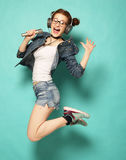 Uśmiechnięta młoda kobieta skacze w ai z mikrofonem i hełmofonami Obraz Stock