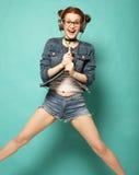 Uśmiechnięta młoda kobieta skacze w ai z mikrofonem i hełmofonami Obrazy Stock