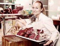 Uśmiechnięta młoda kobieta sprzedawcy mienia taca z różnorodnym salami Zdjęcie Royalty Free