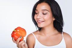 Uśmiechnięta młoda kobieta trzyma czerwonego dzwonkowego pieprzu Zdjęcia Royalty Free