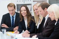 Uśmiechnięta młoda kobieta w biznesowym spotkaniu Zdjęcie Stock