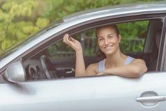 Uśmiechnięta młoda kobieta w jej Samochodowych mienie kluczach zdjęcie stock