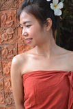 Uśmiechnięta młoda kobieta w tradycyjnej odzieży Fotografia Royalty Free