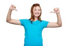 Uśmiechnięta młoda kobieta wskazuje przy ona tła czerń zakończenia projekta jajko smażył niecki koszula t Fotografia Royalty Free