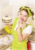 Uśmiechnięta młoda kobieta z cukierki torta pustynią Zdjęcie Royalty Free