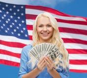 Uśmiechnięta młoda kobieta z dolara amerykańskiego pieniądze Zdjęcie Royalty Free