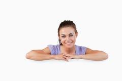 Uśmiechnięta młoda kobieta z sztandarem pod ona Obrazy Royalty Free