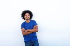 Uśmiechnięta młoda murzyn pozycja przeciw białemu tłu Zdjęcie Royalty Free