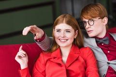Uśmiechnięta młoda para moda modele ubierający zdjęcie stock