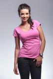 Uśmiechnięta młoda przypadkowa kobiety pozycja w studiu Zdjęcia Royalty Free