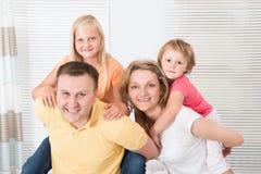 Uśmiechnięta młoda rodzina cieszy się piggyback Obrazy Royalty Free