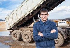 Uśmiechnięta młodego pracownika i porady ciężarówka Obraz Royalty Free