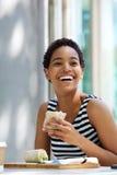 Uśmiechnięta młodej kobiety łasowania kanapka outside obraz royalty free