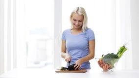 Uśmiechnięta młodej kobiety ciapania oberżyna w domu zbiory wideo