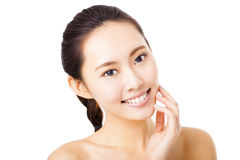 uśmiechnięta młodej kobiety twarz odizolowywająca na bielu Zdjęcie Stock