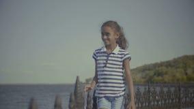 Uśmiechnięta mała amerykanin afrykańskiego pochodzenia dziewczyna cieszy się naturę zbiory wideo