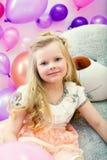 Uśmiechnięta mała blondynka pozuje z dużą zabawką Zdjęcie Royalty Free