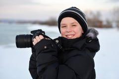 Uśmiechnięta mała caucasian chłopiec bierze fotografie plenerowe Fotografia Stock
