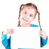 Uśmiechnięta mała dziewczynka trzyma biel kartę dla ciebie pobiera próbki tekst obrazy royalty free