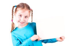 Uśmiechnięta mała dziewczynka trzyma biel kartę dla ciebie pobiera próbki tekst zdjęcia royalty free