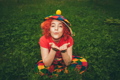 Uśmiechnięta mała dziewczynka w błazen peruce Fotografia Stock