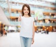 Uśmiechnięta mała dziewczynka w białej pustej koszulce Zdjęcia Stock