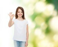 Uśmiechnięta mała dziewczynka w białej pustej koszulce Obraz Royalty Free