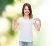 Uśmiechnięta mała dziewczynka w białej pustej koszulce Zdjęcie Royalty Free