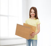 Uśmiechnięta mała dziewczynka w białej pustej koszulce Obrazy Stock