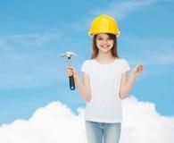 Uśmiechnięta mała dziewczynka w hardhat z młotem Fotografia Royalty Free