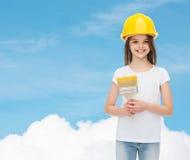 Uśmiechnięta mała dziewczynka w hełmie z farby muśnięciem Zdjęcia Royalty Free