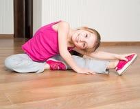 Mała dziewczynka angażująca w sprawności fizycznej Zdjęcie Royalty Free