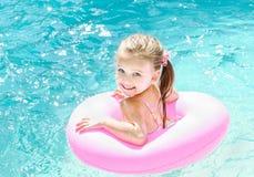 Uśmiechnięta mała dziewczynka w pływackim basenie obraz stock