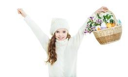 Uśmiechnięta mała dziewczynka z koszykowy pełnym kolorowi Easter jajka Zdjęcia Royalty Free