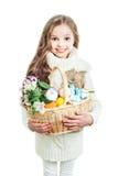 Uśmiechnięta mała dziewczynka z koszykowy pełnym kolorowi Easter jajka Obraz Stock