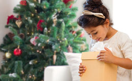 Uśmiechnięta mała dziewczynka z prezenta pudełkiem Zdjęcie Stock