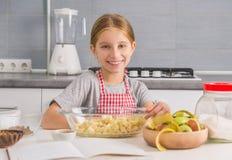 Uśmiechnięta mała dziewczynka z rżniętymi jabłkami w pucharze Obrazy Royalty Free