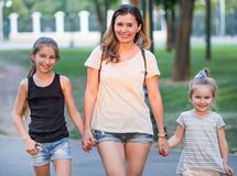 Uśmiechnięta mama z małymi córkami obrazy stock
