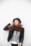 Uśmiechnięta miastowa dziewczyna z uśmiechem na jej twarzy Portret jest ubranym rockowego czerń styl ma zabawę w mieście outdoors Zdjęcia Royalty Free