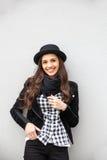 Uśmiechnięta miastowa dziewczyna z uśmiechem na jej twarzy Portret jest ubranym rockowego czerń styl ma zabawę w mieście outdoors Obrazy Royalty Free